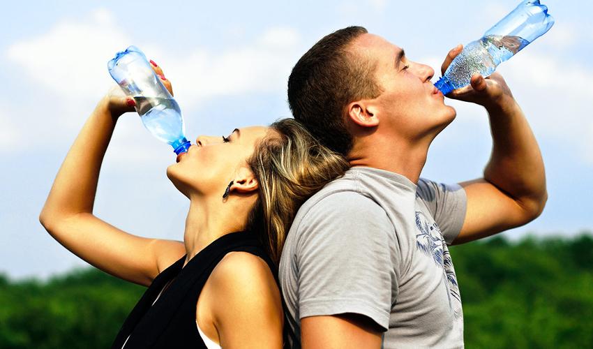 Casal a beber água